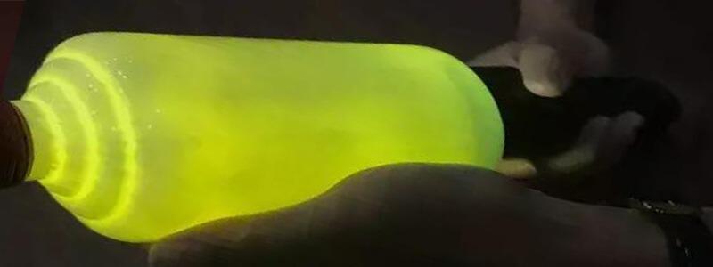 貴州茅台酒強光照射